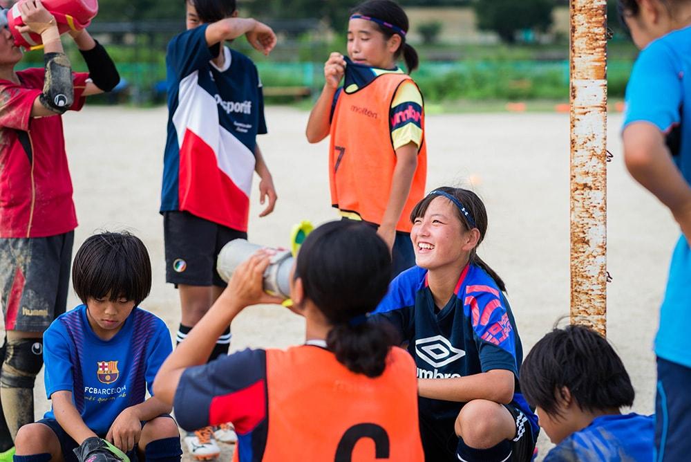 ハードなトレーニングの中でもグランドには笑顔が溢れている