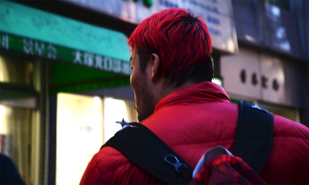 髪も赤ですが、スーツやジャケットも赤しか持っていません。