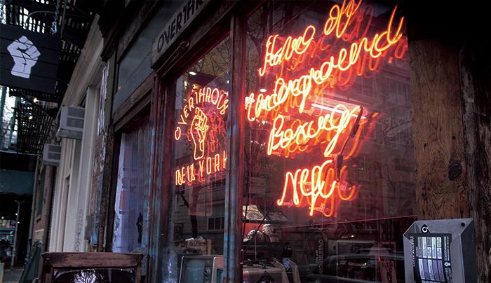 赤い蛍光灯のサイン、落書きの壁