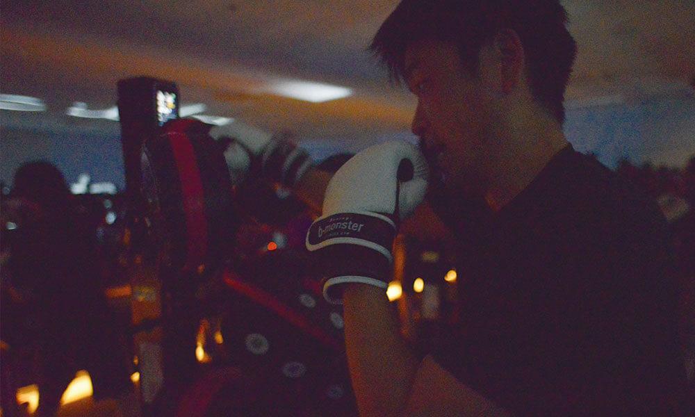 ボクシングする下元社長