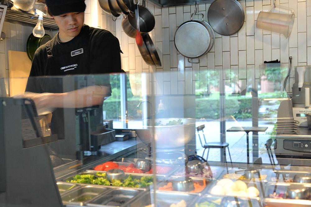 クリスプ・サラダワークス恵比寿店 ヘルシー料理 調理風景